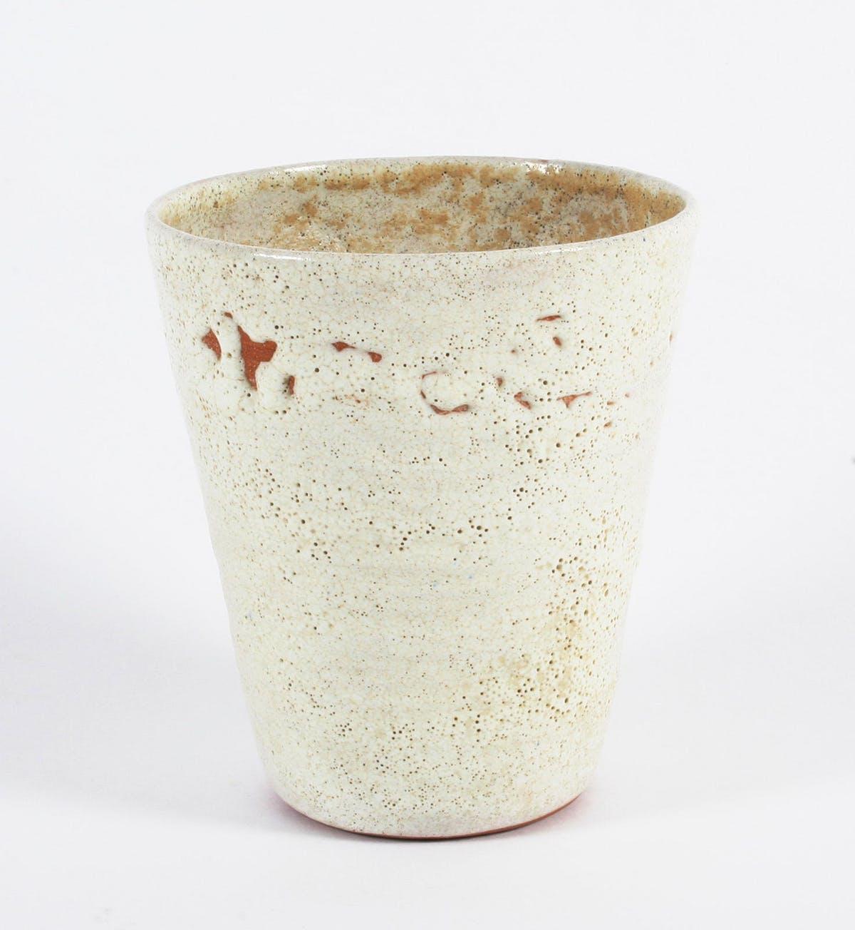 LUCIE RIE. Vaso con esmalte volcánico (1925-37). Imagen vía: Bonhams