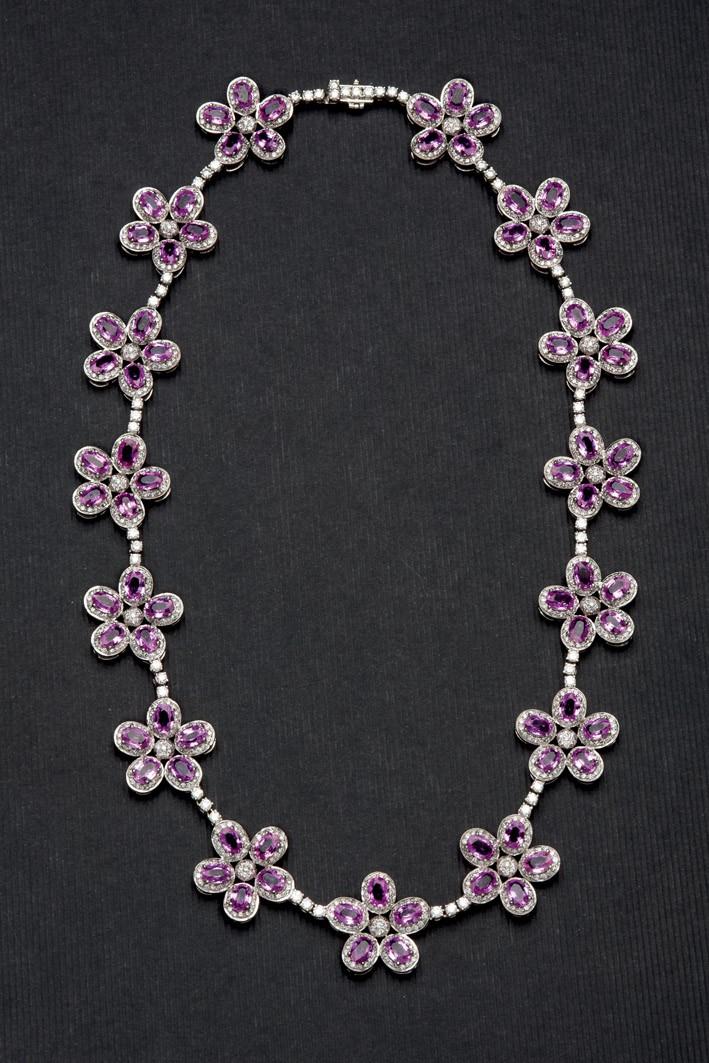 Collar de oro blanco formado por 15 flores de zafiro rosa y brillantes
