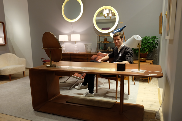 Alexander Nordling vid det skinnklädda skrivbordet.