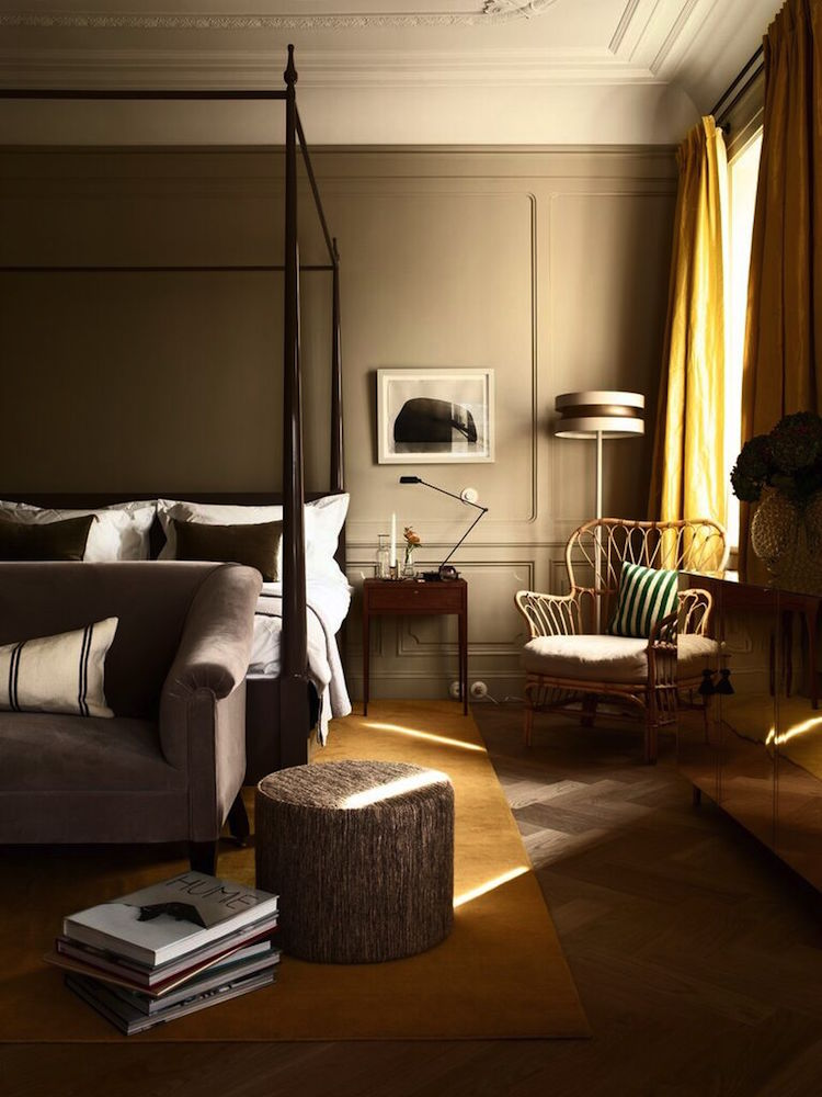 Fotokonst på väggarna blandas med skandinavisk inredning och Ilses egendesignade möbler