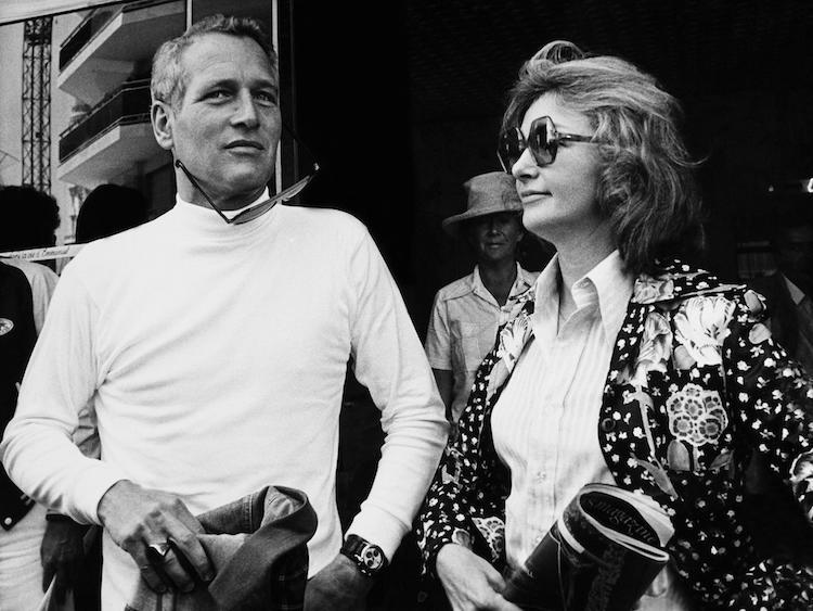 Paul Newman med Rolexklockan på armen och jeansjackan i handen tillsammans med hans hustru Joanne Woodward