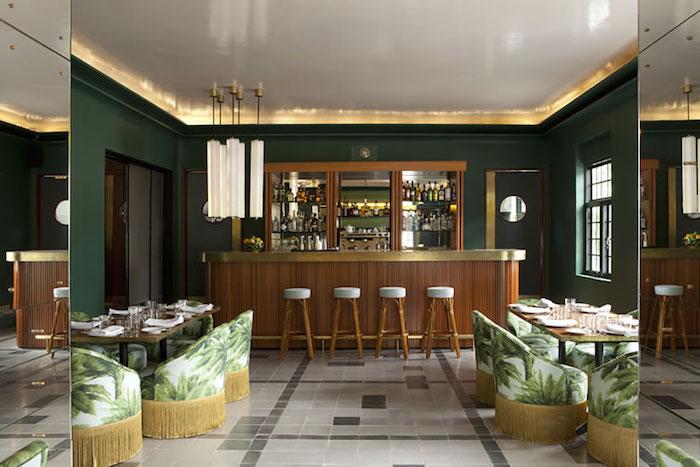 """På mexikanska Hotel Kasa Fayette finns de mest trendkänsligaste stolarna jag sätt på länge. Kombinationen av blommor, de olika gröna nyanserna, stoppade sitsar och rygg tillsammans med """"fransarna"""" är precis det som kommer summera mycket av 2016 och 2017 när vi tittar i backspegeln"""