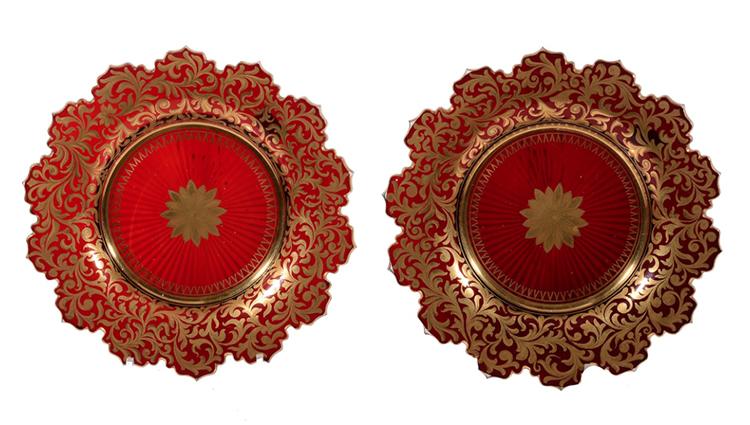 Röda glastallrikar med gulddetaljer. Utrop: 5.300 SEK. Dreweatts & Bloomsbury