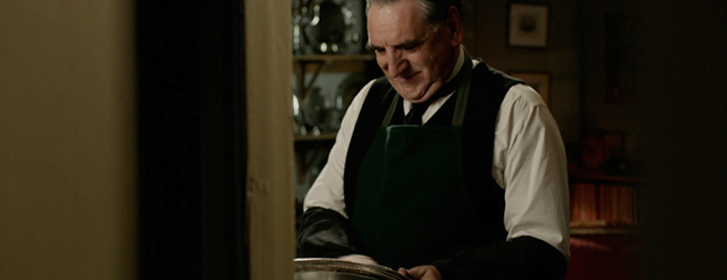 Mr. Carson (Jim Carter) poliert das gräfliche Silber in Downton Abbey