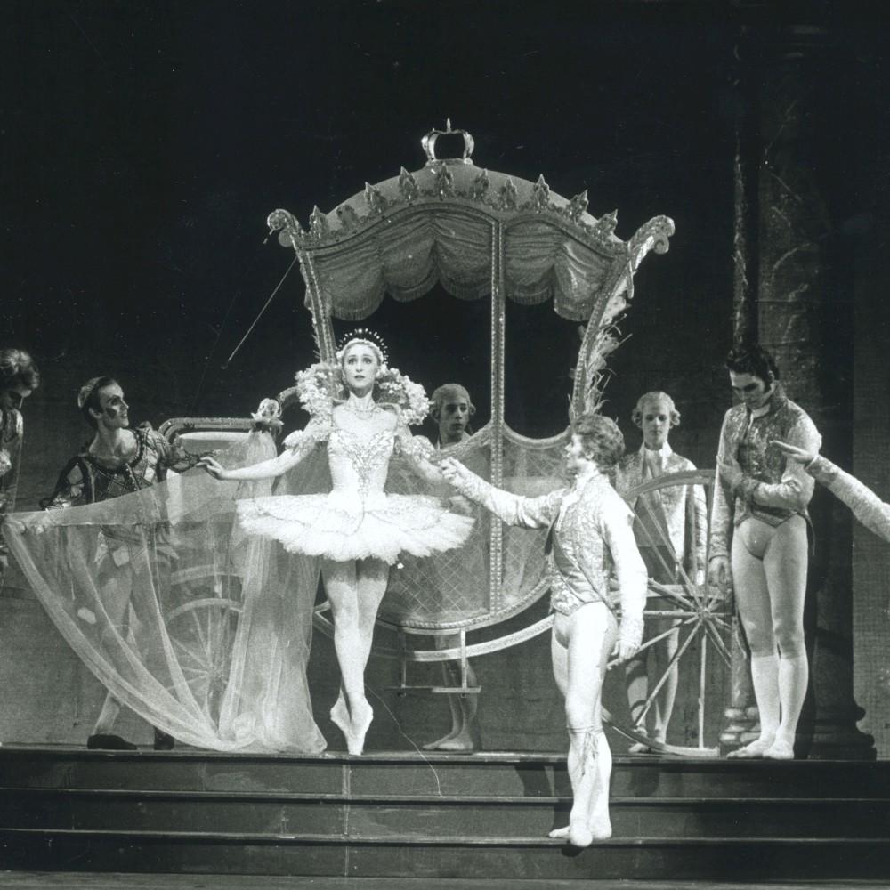 Askungens vagn. Ur balletten Askungen som hade premiär den 20 april 1991. Utropspris 100 000 kronor.