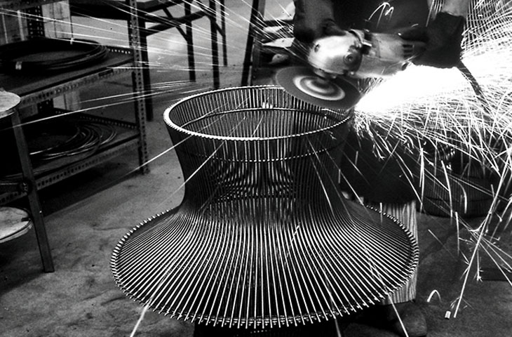 La production des meubles de Platner Image via mohd.it