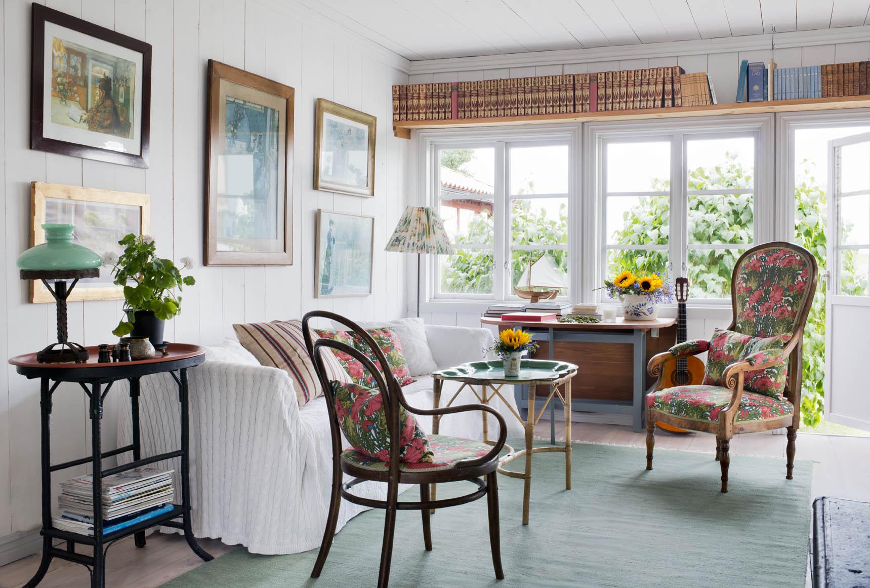 Allrummet är placerad i ett av husets äldsta delar. Väggen pryds med affischer med Carl Larssonmotiv som paret köpt på nationalmuseum.