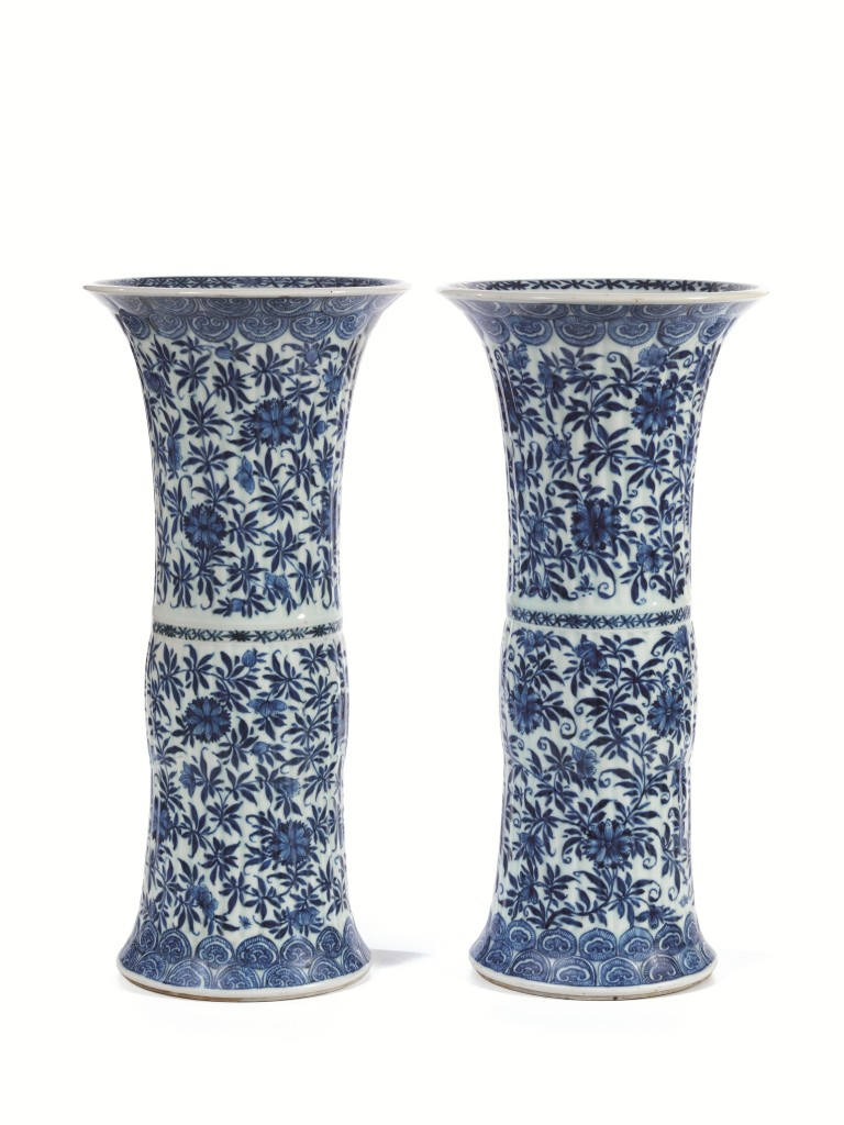Paar Vasen aus Porzellan mit blau-weißer Blumenbemalung, H: 46 cm, China, Qing-Dynastie, 18. Jh. Schätzpreis: 6.000-8.000 EUR