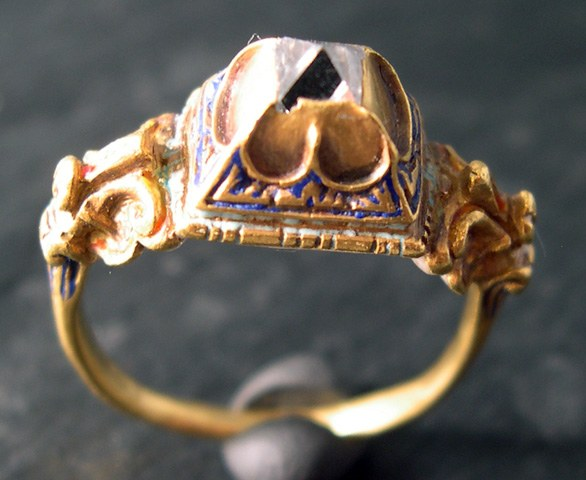 Bague Renaissance en or émaillé et diamant en pointe native. Fin du 16e siècle. Image via fabiandemontjoye.com