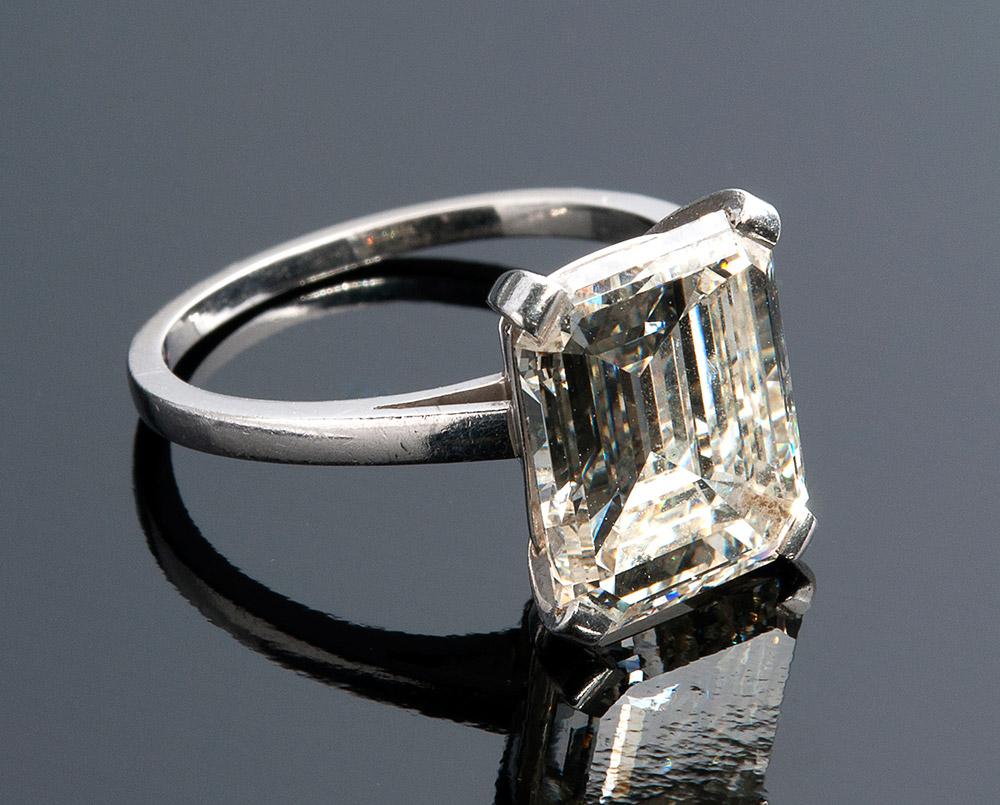 Ring aus Weißgold mit Diamant im Smaragdschliff (4,60 ct) Schätzpreis: 30.000-32.000 EUR Ausrufpreis: 12.100 EUR