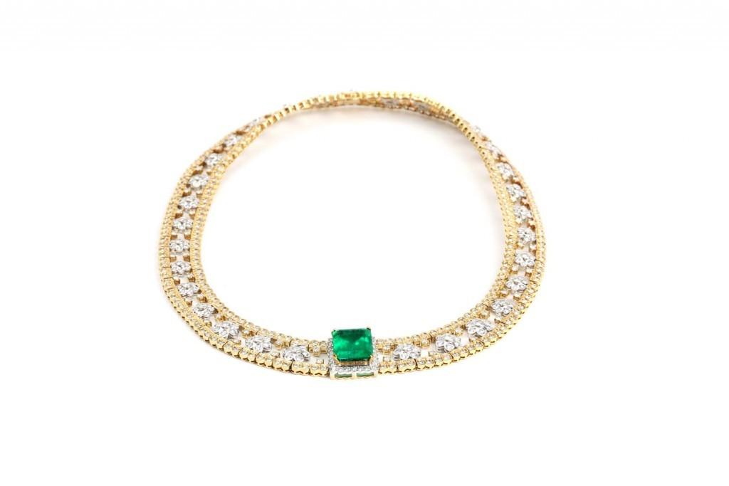 Guldhalsband med smaragd och diamanter.
