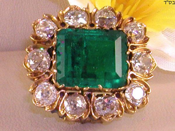 Antik brosch i gulguld med smaragd (10,42 ct) och 10 diamanter (cirka 3,5 ct). 1700-tal. Utropspris. 950 000 - 1,2 miljoner kronor. Sluttid: 13 augusti.