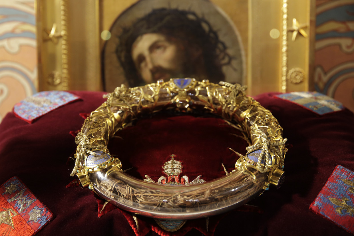 The Holy Crown of Thorns is displayed during a ceremony at Notre Dame Cathedral in Paris March 21, 2014. Image: Reuters / Philippe Wojazer via RT