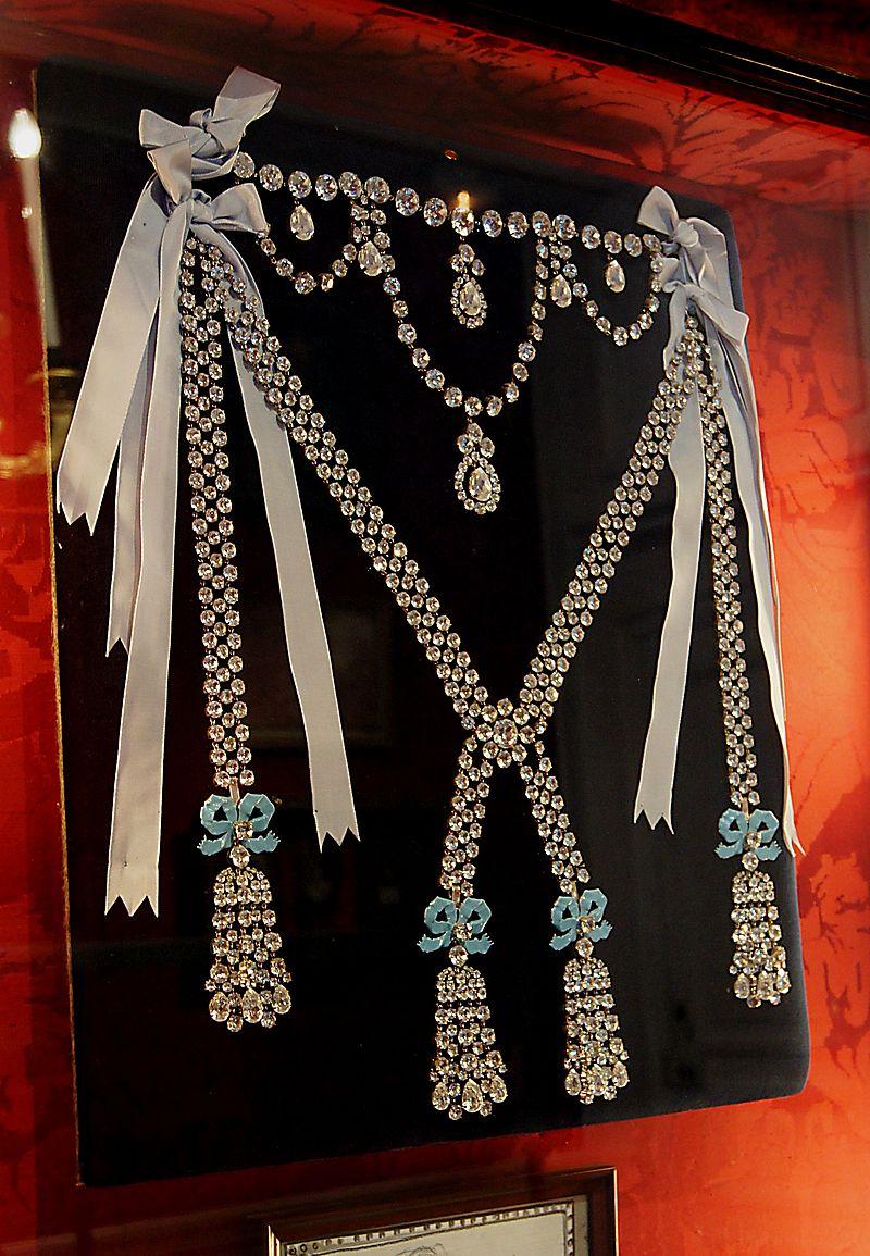 Nachbildung des Colliers, das Marie Antoinette zum Verhängnis wurde. Tatsächlich hatte sie selbst den Kauf des Geschmeides als zu teuer abgelehnt.
