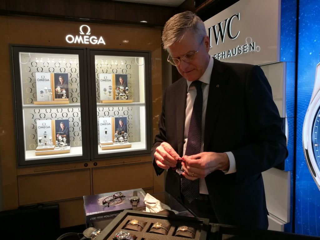Mr Omega Sweden, Claes Nilsson förbereder inför wristshots.(photo: Johan Sehlstedt)