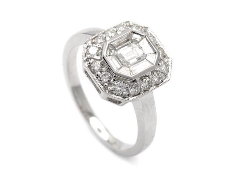 RING, 18K vitguld, smaragdslipad, baguette-, samt briljantslipade diamanter ca 0,80 ctv, ca W-TCr(H-I)/SI, stl 16,75 mm, vikt 4,6 g. Utropspris 13 800 SEK.