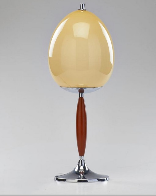 ca. 1930 verchromtes Metall, Bakelit, opalartiges Glas, ungemarkt. Schätzpreis: 740 EUR. bei Rago.