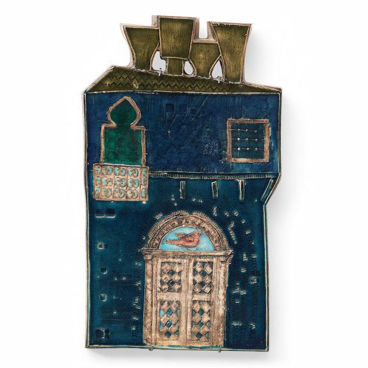 Sista budet på den halvmeter höga glaserade väggreliefen 'Venetian palace' av Rut Bryk från 1953 för Arabia landade på 152 001 kronor hos Bukowskis