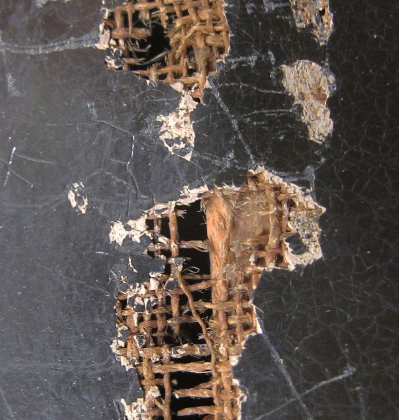 Målningsduken var vanligen gjord av tuskaftsbundet linne. Målningsytans skador har blottat den tuskaftsbundna dukens struktur. Detalj av en målning från 1800-talet. Foto: Konstmuseet Sinebrychoff