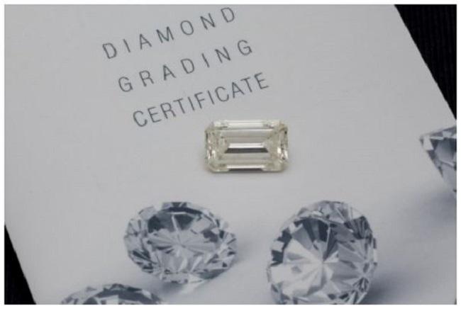 Lote 222: Importante diamante talla esmeralda de 10,78 cts. Precio salida: 90.000 €.