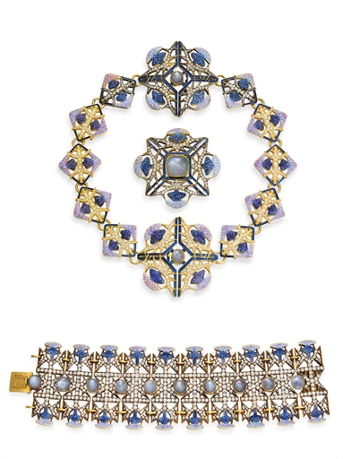 René Lalique 'Thistle', halsband designat som ett spjälverk med tistlar i mörkblå, lavendel och rosa emalj, safir, diamantlöv och taggar med geometriska emaljdetaljer i blått, 18k guld. Samt brosch och armband i samma material. Formgivet år 1900. Bild: Barnebys
