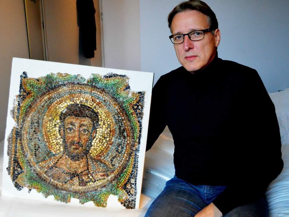 Arthur Brand avec la mosaïque byzantine, image via The Independent