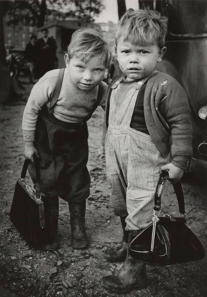 """En av Christer Strömholms mest kända bilder, """"The Boys"""" Montreuil, Paris 1962"""
