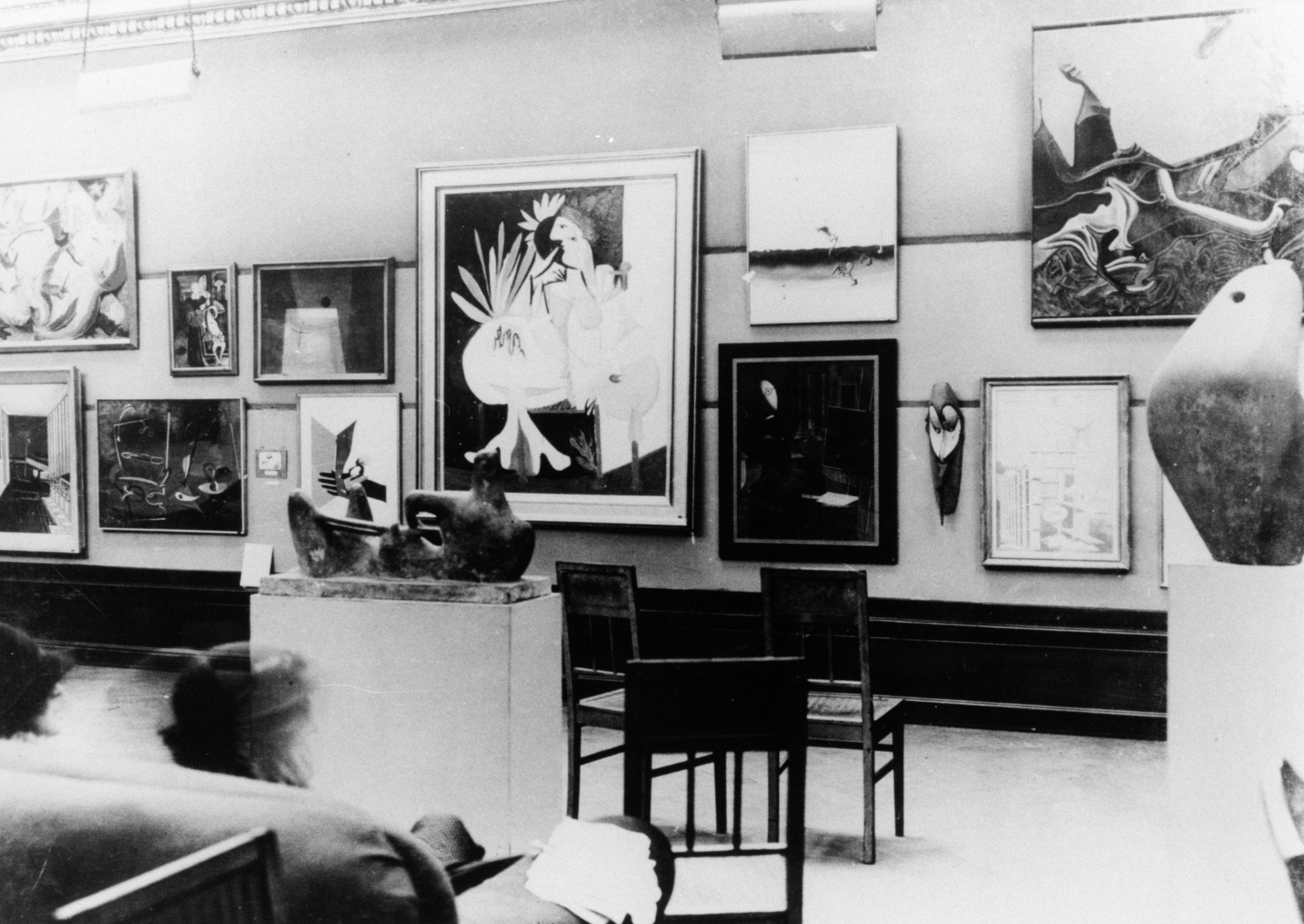 Une sculpture de Henry Moore à l'exposition internationale surréaliste de 1936 à Londres, image © Fondation Henry Moore