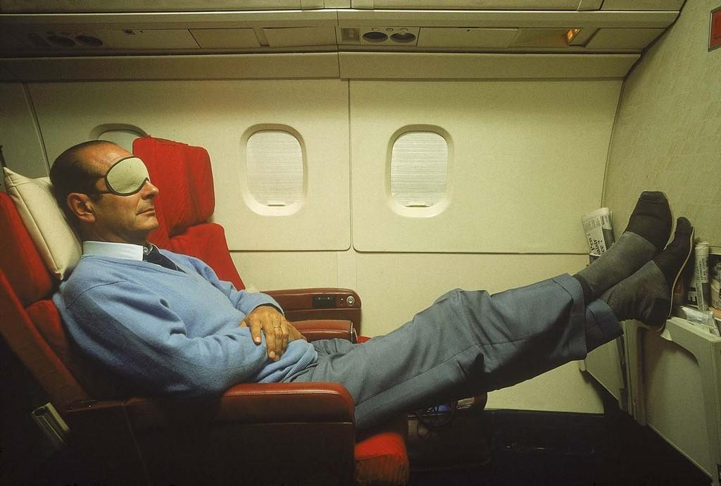 Jacques CHIRAC en pantoufles et masque sur les yeux se reposant à bord du Concorde l'emmenant en Nouvelle-Calédonie © Jack Garofalo / Paris Match, 1987