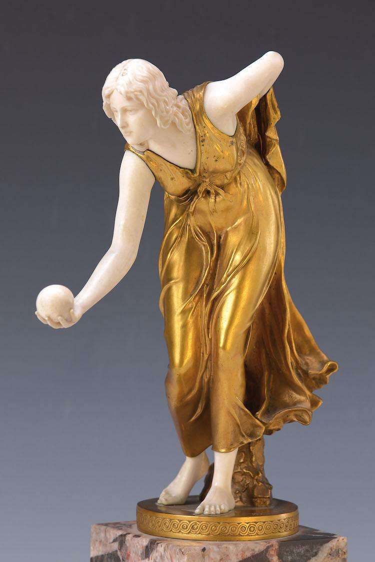 """""""Die Kugelspielerin"""" Walter Schott (1861 Ilseburg – 1938 Berlin) fertigte diese 36 cm hohe Skulptur aus Bronze und Elfenbein. Am Sockel befindet sich die Signatur des Künstlers. Schätzpreis: 3 800 EUR. Henry's Auktionshaus"""
