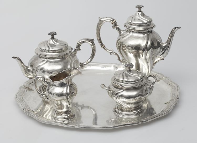 Kaffe och teservis, fem delar Silver. Rokokostil. Carl Fredrik Carlman, Stockholm 1919. Utropspris: 12 000 SEK.
