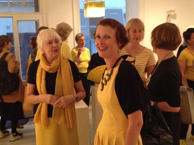 Studio L2 - Louise Lidströmer. Glaslampa av Kerstin Berggren i taket.