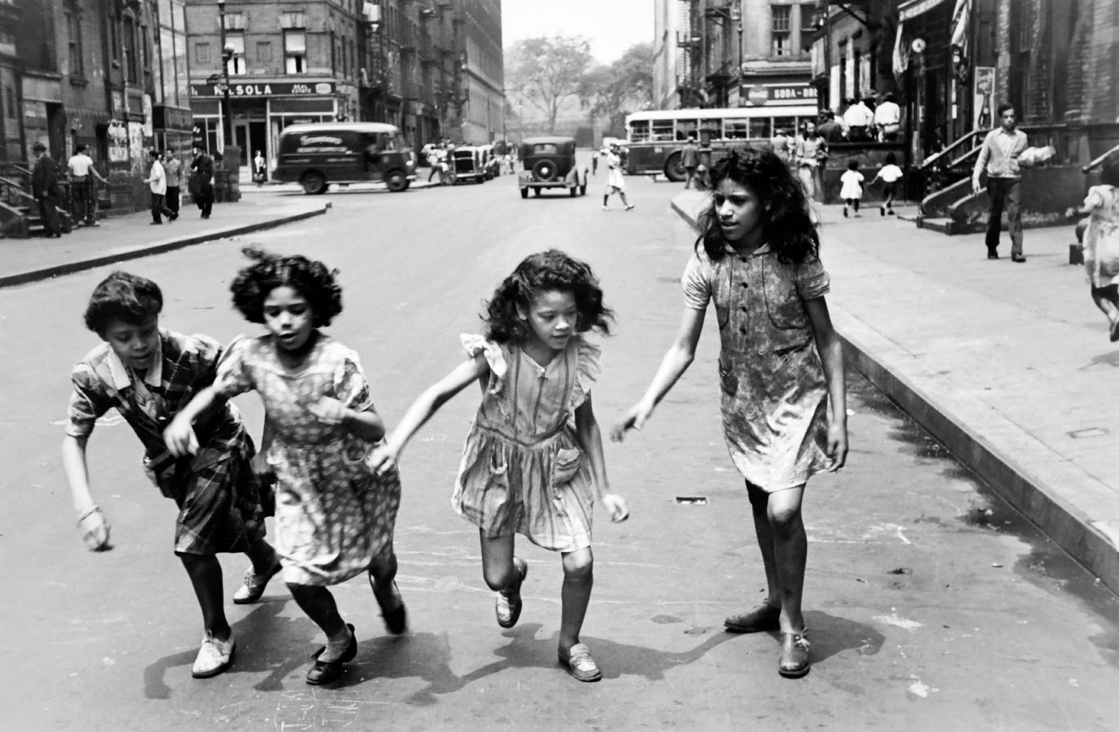 Helen Levitt - Four girls running in the street, ca. 1940