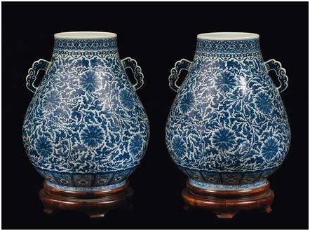 Ett par blåvita vaser, Kina, Qingdynastin, 1800-tal. Utrop: 352 000 SEK Cambi