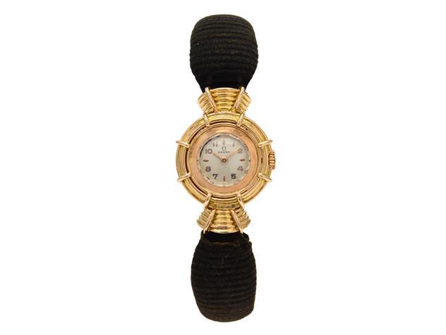 """Nr 442. OMEGA, """"Haute couture"""", Cal 211, Serie nr. 12347599, Boett nr. 11084822, damur, 22,5 x 33,5 mm, 18K rosa guld, manuell, mineralglas, formverk, integrerat läderband, originalspänne, levererad till Frankrike 10/3 1952, box. Utrop: 3.900 sek. Kaplans Auktioner Omega-special"""
