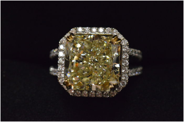 1. Royal entourage ring with a very heavy natural fancy yellow diamond of 10.03 carat. Estimado: 300 000 EUR. Catawiki