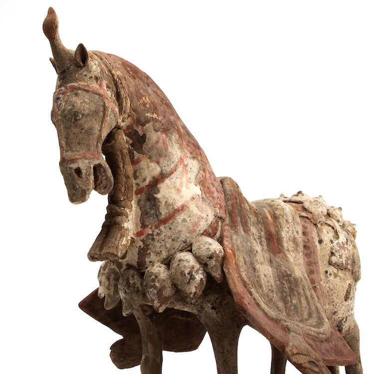 Figurin, keramik. Kina, Östra Wei (534-550). Utropspris 40.000 SEK. Göteborgs Auktionsverk