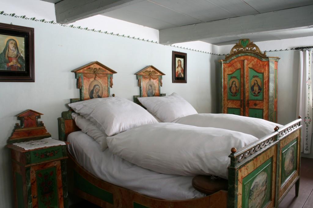 """""""Schöne Kammer"""" im Obergeschoss mit Brautmöbel"""