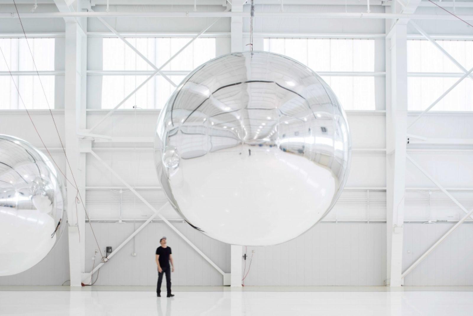 Paglen mit seinem Prototyp für einen nichtfunktionalen Satelliten (Design 4; Build 4), 2013 | Foto: ©Altman Siegel Gallery and Metro Pictures
