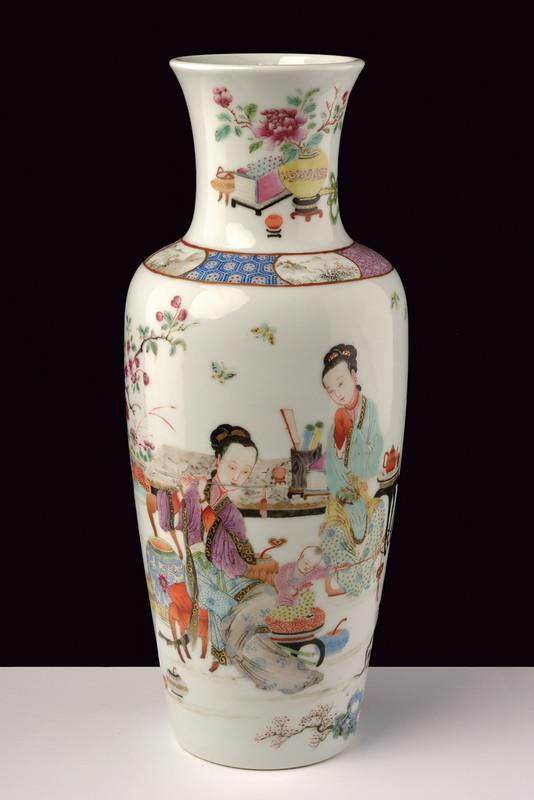 Famille Rose-Vase aus polychrom bemaltem Porzellan, H: 35 cm, China 19. Jh. Schätzpreis: 2.500-5.000 EUR