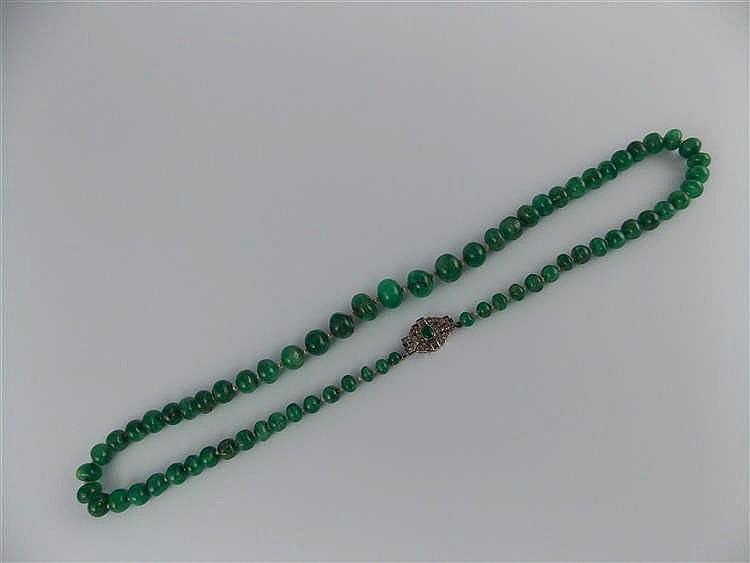 Collar de esmeraldas y pequeñas perlas en degradé