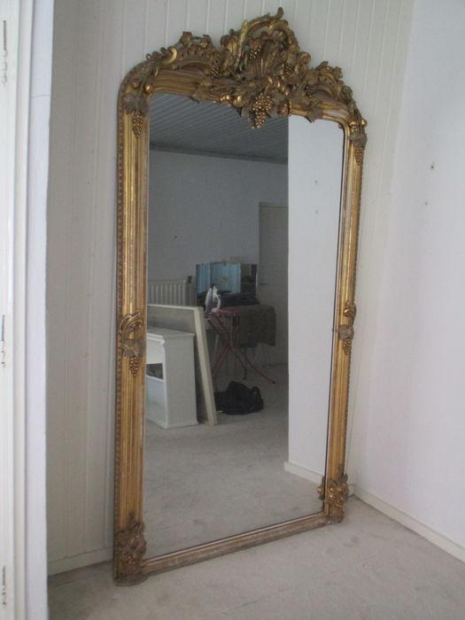 Großer Spiegel, vergoldeter Holzrahmen mit aufwendigem Dekor, 225 x 125 cm, Frankreich Ende 19. Jh. Schätzpreis: 500-700 EUR Ergebnis: 700 EUR