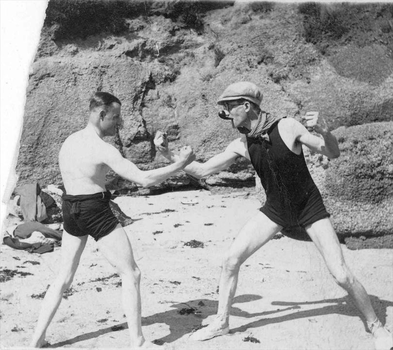 Le Corbusier et Pierre Jeanneret sur la plage à Piquey, 1933 © FLC/ADAGP