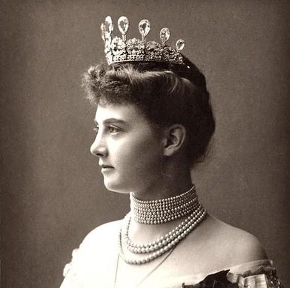 Großherzogin Alexandra von Mecklenburg-Schwerin mit ihrem Fabergé-Diadem