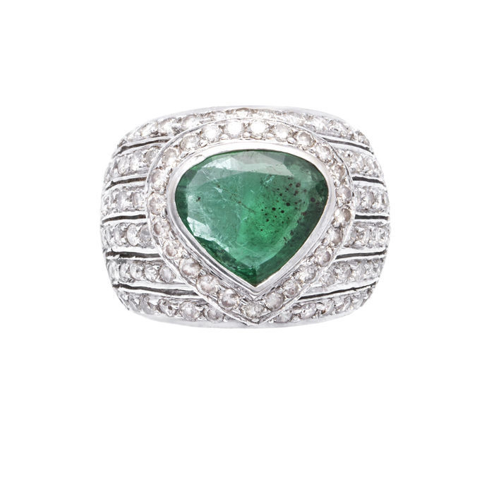 Ring, white gold with emerald (2.5 ct) and 90 diamonds (4.5 ct) Estimate: 7 000-10 000 EUR Auction ends: August 14