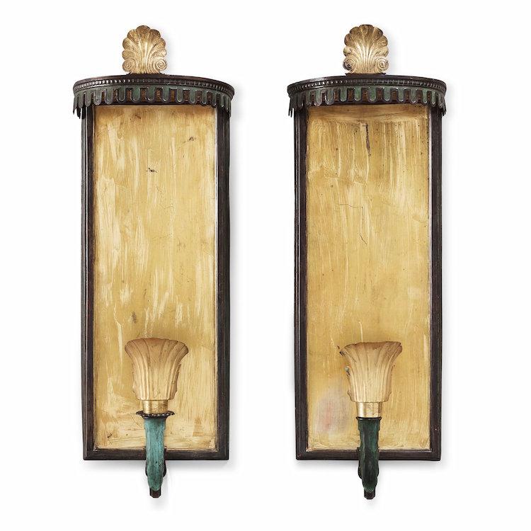 Paret lampetter i delvis patinerad mässing är ytterligare ett fint exempel på Swedish Grace