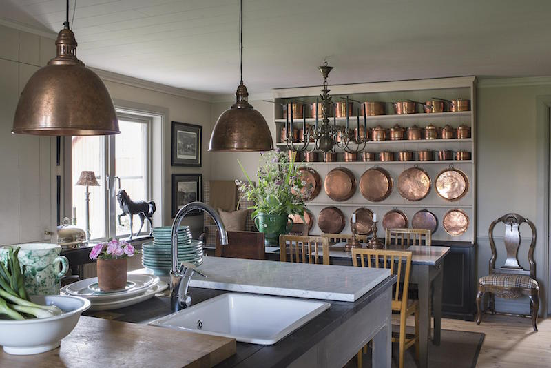 Köket har under enligt Fatt en Mer Moderna STIL mottagare mottagare än resten AV huset Med tydliga inredningstrender som marmor och koppar.