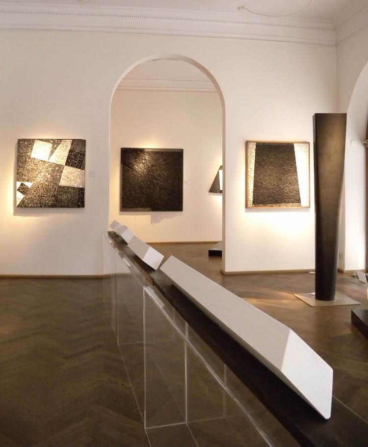 """Några av verken från utställningen som både rymmer skulpturer och """"målningar"""" av mosaik"""