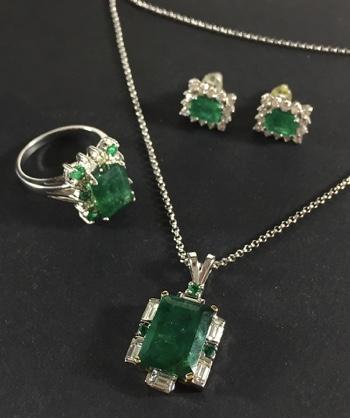 Schmuckensemble (Collier, Ring, Ohrstecker) aus Weißgold mit Smaragden und Diamanten im Brillant- und Baguetteschliff Limitpreis: 2.000 EUR