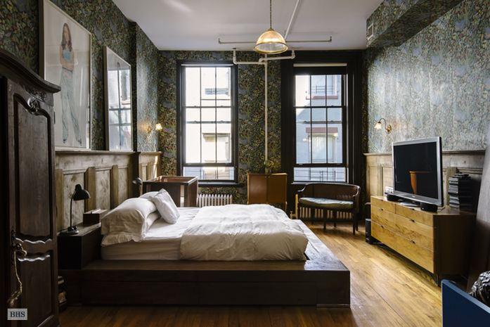 Även i det andra sovrummet pryds väggarna av en tapet från Svenskt tenn. Bild via Brown Harris Stevens.